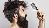 Mężczyzna tracący włosy